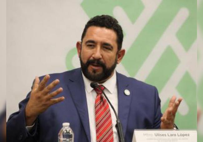 El portavoz de la Fiscalía de Ciudad de México, Ulises Lara, habla en rueda de prensa después de que dos personas, de nacionalidad israelí, fueron asesinadas mientras comían en un restaurante de un lujoso centro comercial, en Ciudad de México. EFE/STR