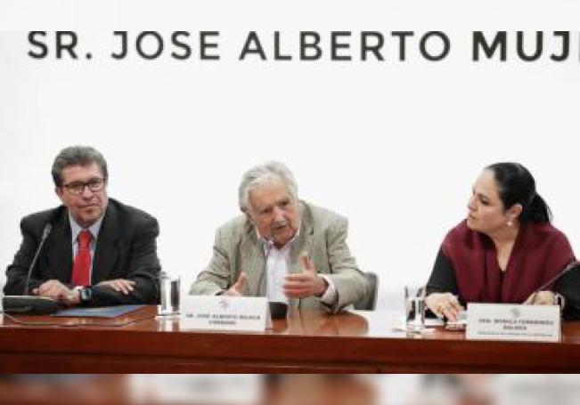 Fotografía cedida por el Senado de la República, que muestra al expresidente de Uruguay, José Mujica (c), acompañado del presidente de la Junta de Coordinación Política, Ricardo Monreal (i), y la presidenta del la mesa directiva, Monica Fernández (d), durante su visita la Senado mexicano en Ciudad de México (México). EFE/Senado de la República/SOLO USO EDITORIAL