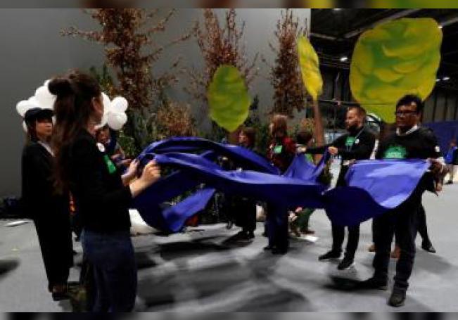 """Acción por el No a los mercados de Carbono organizada por colectivos indígenas tras la presentación del informe """"Mercados de carbono, una amenaza para la gente y el planeta"""", este jueves en la cuarta jornada de la 25 Conferencia de las Partes del Convenio Marco de Naciones Unidas sobre Cambio Climático (COP) que se celebra en Madrid bajo el lema """"Tiempo de actuar"""". EFE/J.J. Guillén"""