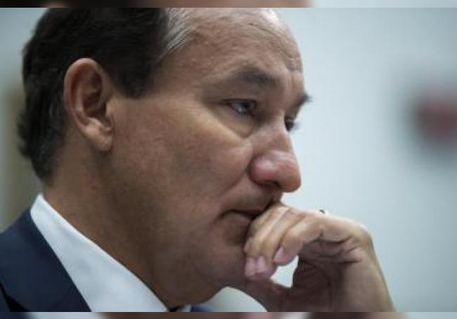 El máximo ejecutivo de United Airlines, Oscar Muñoz testifica ante la comisión de Transportes e Infraestructuras del Senado en el Capitolio, Washington, Estados Unidos. EFE/Shawn Thew/Archivo