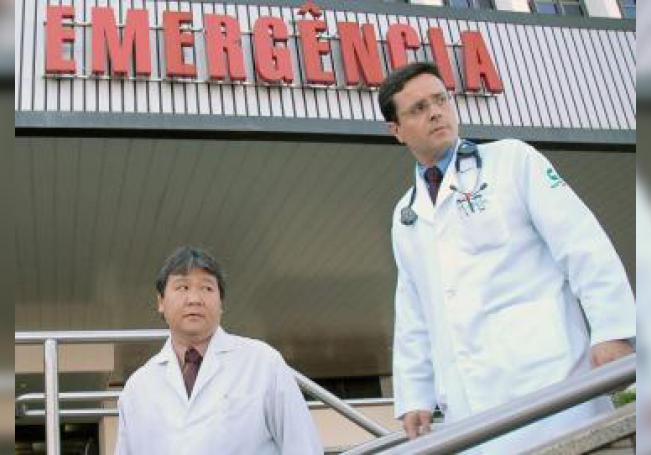 Marcelo Maia (der), director de la Unidad de Terapia Intensiva (UTI), y Sergio Tamura (izq), director clínico del hospital Santa Luzia, aparecen el 15 de agosto de 2006. EFE/Fernando Bizerra Jr/Archivo