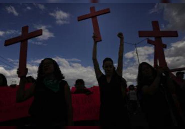 Vista de varias mujeres que protestan contra la violencia hacia las mujeres y los feminicidios. EFE/Sáshenka Gutiérrez/Archivo
