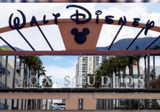 Combo de dos fotografías que muestra la entrada de los estudios de Disney en Burbank (arriba) y la entrada de los los estudios de 21st Century en Los Ángeles (abajo), ambos ubicados en California (EE.UU.). EFE/Etienne Laurent/Archivo