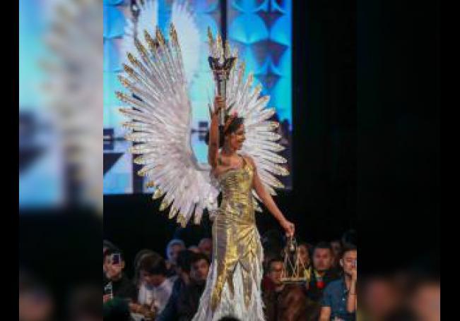 Miss Estados Unidos Cheslie Kryst muestra su traje durante uno de los desfiles de la ronda preliminar de la gala de Miss Universo celebrada en Atlanta (Georgia) este viernes. EFE/ Branden Camp