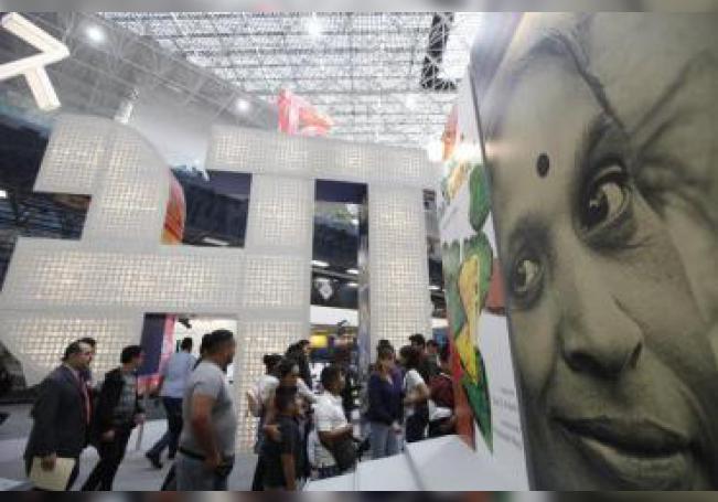 Cientos de personas recorren el pabellón de la India hoy en el marco de la 33 edición de la Feria Internacional del Libro de Guadalajara, en Jalisco (México). EFE/Francisco Guasco