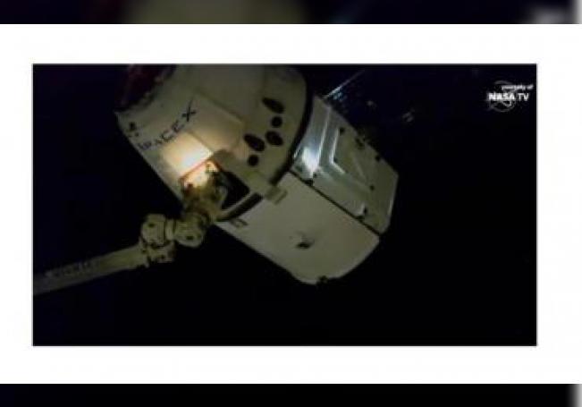 """El domingo, el director general de la Agencia Espacial Mexicana (AEM), Salvador Landeros Ayala, dijo que """"La maniobra de acoplamiento de la cápsula del Dragón, que involucró movimientos a velocidades promedio de 7.66 kilómetros por segundo, se logró a las 7:47 a.m. ET este domingo.EFE / AEM / SCT / SOLO USO EDITORIAL"""