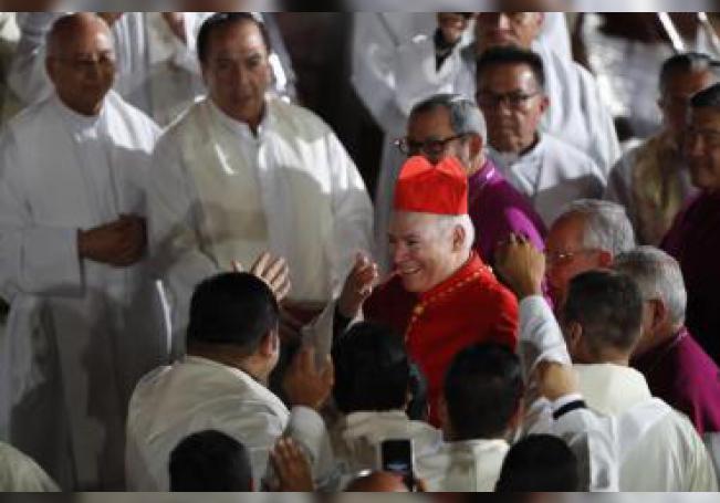 El cardenal Carlos Aguiar Retes (c) llega a la ceremonia donde asume como arzobispo primado de México, el lunes 5 de febrero de 2018, en la Basílica de Guadalupe, en Ciudad de México (México). A EFE/Jorge Núñez/Archivo