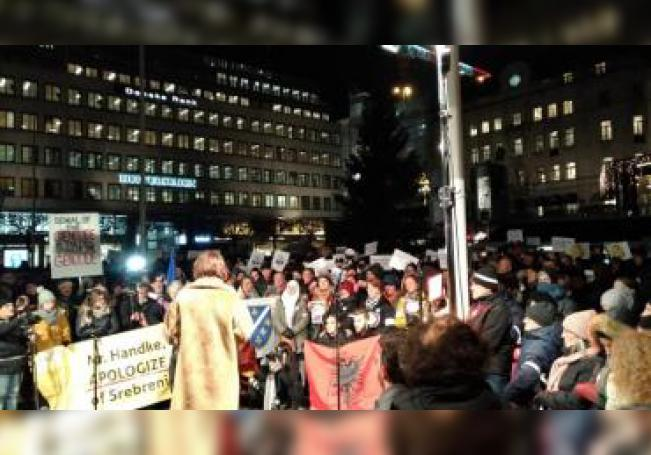 Varios cientos de personas se concentraron este martes en una céntrica plaza de Estocolmo para mostrar su oposición a la decisión de galardonar con el Premio Nobel de Literatura al escritor austríaco, Peter Handke, conocido por su posiciones proserbias durante las guerras de los Balcanes. EFE/Carmen Rodriguez Sanchez