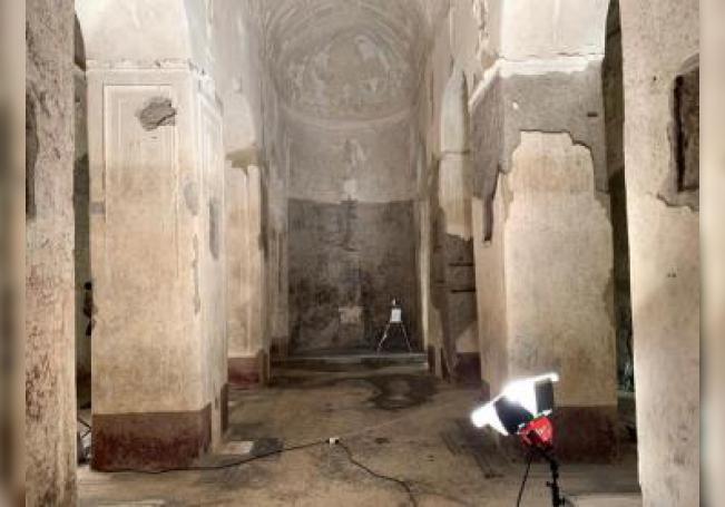 El edificio fue construido por la familia Statili, ligada al emperador Augusto y Nerón, y su función sigue siendo objeto de debate entre los historiadores, que la atribuyen a un monumento funerario, a un lugar de culto o a ambos a la vez. EFE/Álvaro Caballero