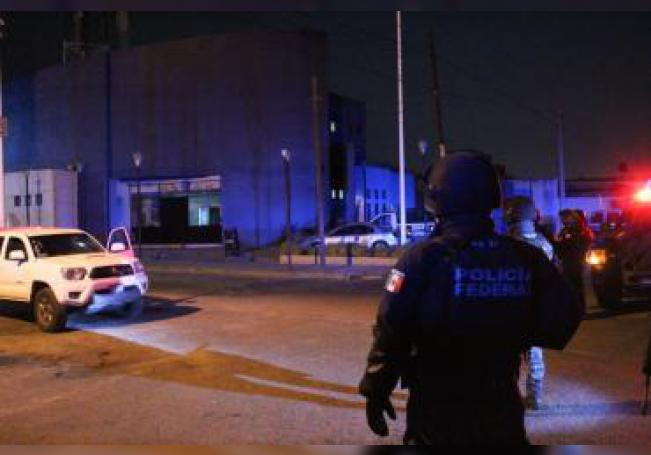 Policías federales custodian el sitio donde un comando mató a tres policías y secuestró a cuatro más, junto a un empleado administrativo, en un ataque ocurrido la noche de este miércoles en las instalaciones de la Policía del municipio de Villagrán, en el central estado mexicano de Guanajuato. EFE/STR
