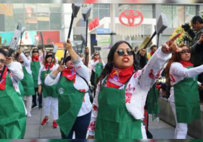 """Trabajadoras de limpieza interpretan la coreografía contra la violencia machista """"Un violador en tu camino"""", creada por el colectivo feminista chileno Las Tesis, este jueves en el centro de Los Ángeles, California. EFE/Ana Milena Varón"""