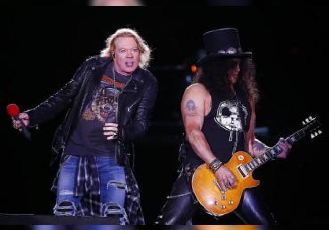 El vocalista, Axl Rose (i), y el guitarrista, Slash (d), de la banda de rock estadounidense Guns & Roses. EFE/Esteban Garay/Archivo