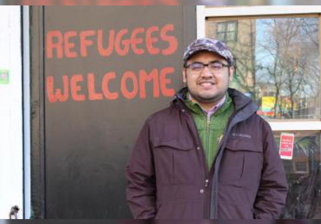 El activista mexicano Mario Saavedra posa para Efe durante una entrevista ayer jueves en la puerta del restaurante de sus padres, La Morada, en el sur del Bronx en Nueva York (EE.UU.). EFE/ Ruth E. Hernández