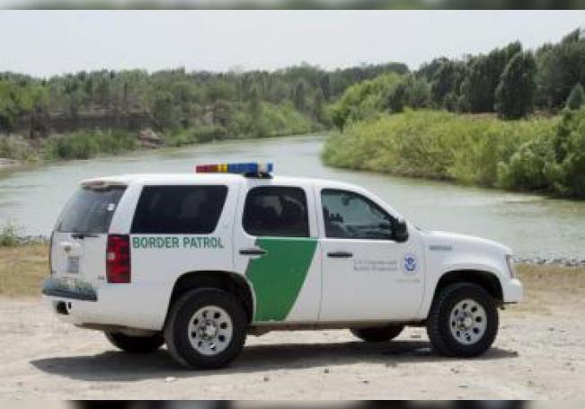Un vehículo de la Guardia Fronteriza patrulla por el lado estadounidense del Río Grande cerca de McAllen, Texas (EE.UU.). EFE/Michael Reynolds/Archivo