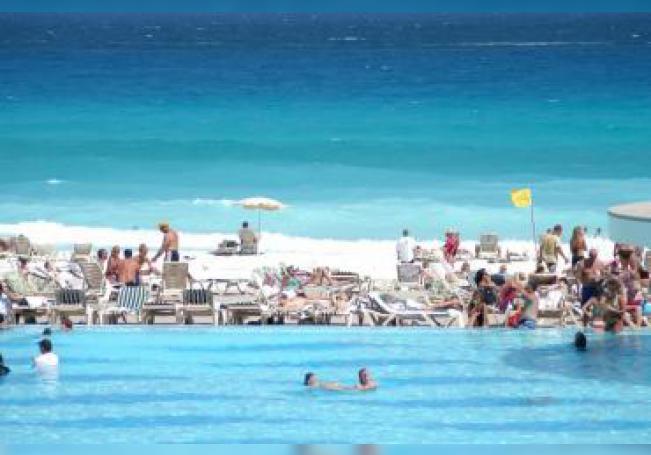Turistas disfrutan de las playas de Cancún, México. EFE/Elizabeth Ruiz/Archivo