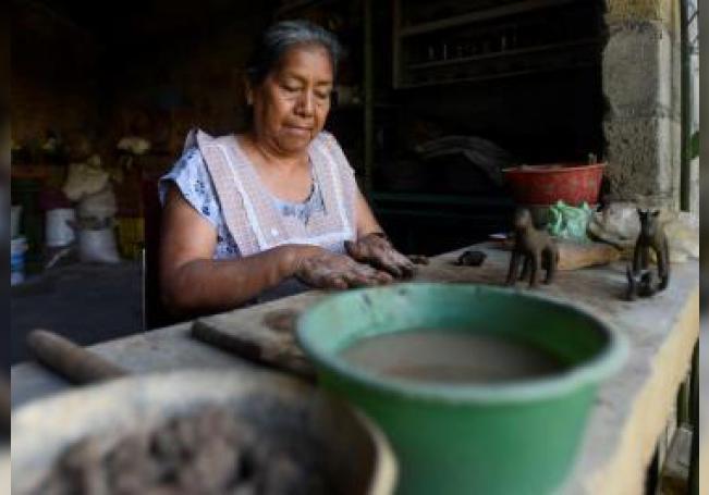 Fotografía fechada el 7 de diciembre de 2019, que muestra a la alfarera María del Refugio Reyes Hernández, mientras elabora figuras de nacimientos con barro en el municipio de Tlayacapán en el estado de Morelos. EFE/Tony Rivera