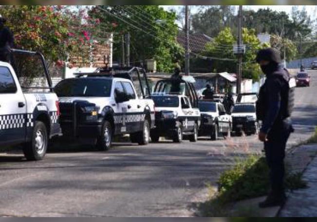 Miembros de la policía mexicana montan guardiaen la ciudad de Minatitlán, en el estado mexicano de Veracruz, tras la matanza ocurrida ayer durante una fiesta. EFE/Samuel Hernández/Archivo