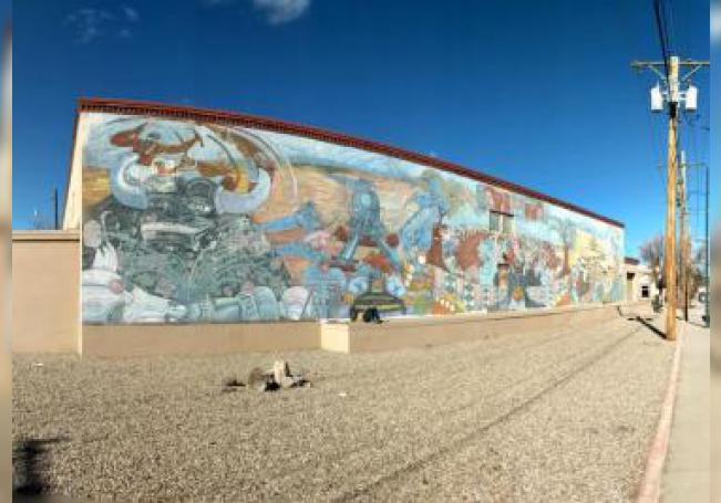 """Fotografía del 11 de enero donde se muestra el histórico mural, """"Multicultural"""", cuya creación fue coordinada por el artista chicano Gilberto Guzmán en la década de los 80, pintado en el costado del histórico edificio Halpin Center, en la avenida Montezuma en Santa Fe, Nuevo México. EFE/ Andres Quan/ SOLO USO EDITORIAL/NO VENTAS"""