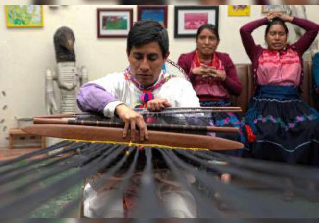 El tejedor indígena Alberto López Gómez trabaja en un tejido el 13 de enero de 2020 en la comunidad de Juxon, municipio de Aldama en el estado de Chiapas (México). EFE/ Carlos López