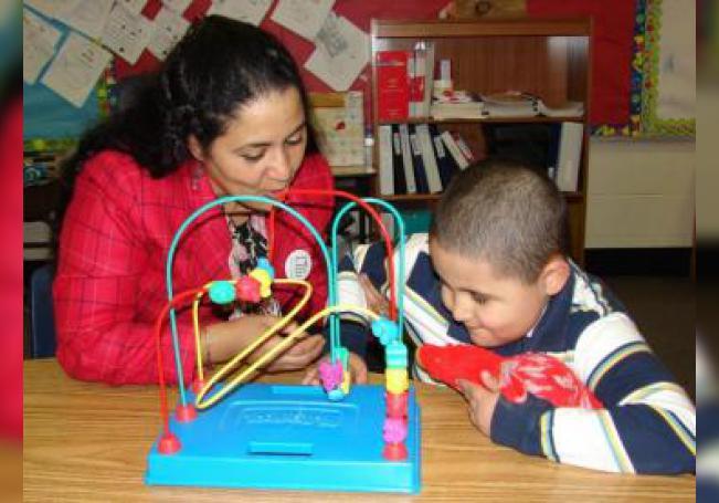 Fotografía de una mujer mientras juega con un niño autista en un centro de educación de México. EFE/Alexandra Vilchez/Archivo