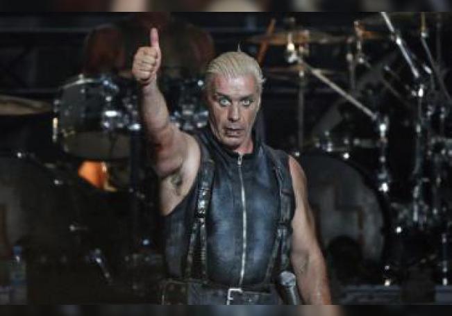 El cantante del grupo de rock germano Rammstein, Till Lindemann, actúa en el ámbito del Festival de Wacken (Alemania). EFE/Axel Heimken/Archivo