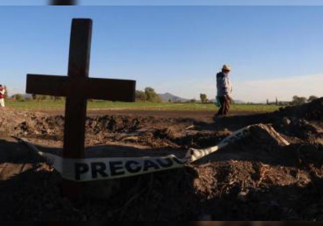 Cientos de personas del poblado de Tlahuelilpan, en el estado de Hidalgo (México), participan en una misa en memoria de los fallecidos en la explosión del ducto de gasolina. EFE/ Blanca Gutiérrez/Archivo