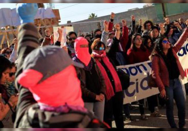Cientos de personas protestan este domingo tras el asesinato de la activista mexicana Isabel Cabanillas, por las principales calles de Ciudad Juárez, en el estado de Chihuahua (México). EFE/Luis Torres