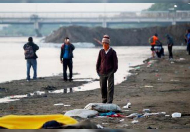 El fin de semana, tras congregarse miles de migrantes en la frontera entre Guatemala y México, en el sector de Tapachula, las autoridades mexicanas anunciaron que permitían la entrada por grupos de veinte para estudiar su situación y considerar la posibilidad de deportarlos de nuevo. EFE/ Esteban Biba
