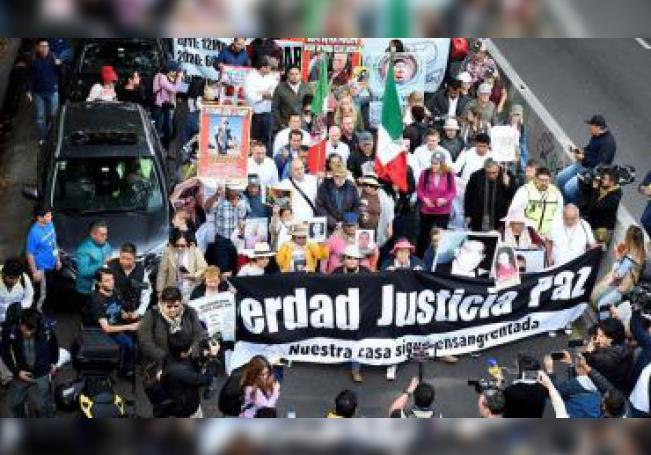 Cientos de personas protestan este jueves por las principales avenidas en la ciudad de Cuernavaca, en el estado de Morelos (México). Centenares de personas comenzaron desde Cuernavaca, en el céntrico estado de Morelos, una marcha para pedir paz y seguridad en México encabezada por el poeta y activista Javier Sicilia y familiares de los mormones asesinado en noviembre. EFE/ Tony Rivera