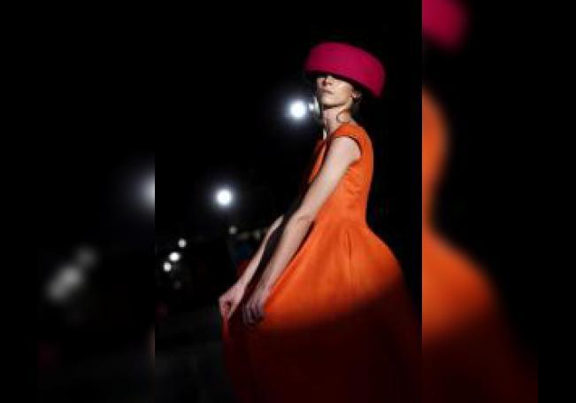 Una modelo presenta una de las creaciones de Maison Mesa, durante su desfile celebrado este martes en el Pabellón de Cristal de la Casa de Campo de Madrid, en la Mercedes-BenzFashion Week Madrid 2020. EFE/ Mariscal