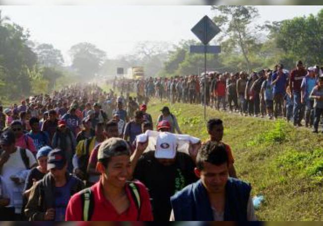 Cientos de personas centroamericanas, pertenecientes a la llamada caravana migrante, caminan por la localidad de Frontera Hidalgo, en el estado de Chiapas (México). EFE/ Juan Manuel Blanco/Archivo