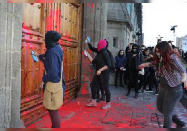 Mujeres protestan este vienes, en las puertas de Palacio Nacional, de Ciudad de México (México). EFE/Jorge Nuñez