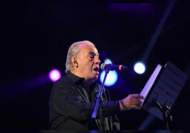 El cantante mexicano Óscar Chávez ofrece un concierto durante la vigésima edición del Festival Vive Latino, en Ciudad de México (México). EFE/Sáshenka Gutiérrez/Archivo