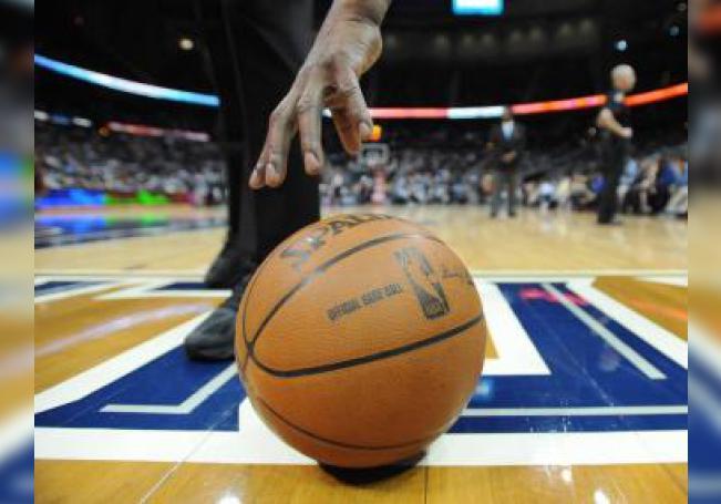 Un árbitro alcanza un balón el miércoles 21 de marzo de 2012, durante un partido entre Cavaliers y Hawks por la NBA en el Phillips Arena de Atlanta, Georgia (EE.UU.). EFE/Erik S. Lesser/PROHIBIDO SU USO EN CORBIS/Archivo