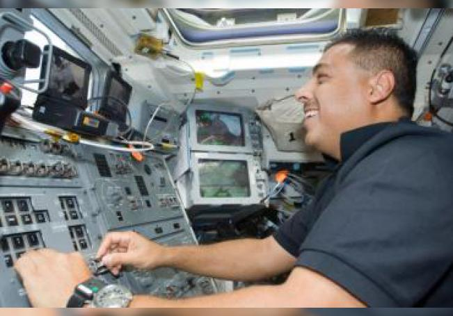 Fotografía de archivo del 31 de agosto de 2009 cedida por la NASA donde aparece el astronauta José Hernández, especialista en misiones STS-128, mientras trabaja en la cubierta de vuelo del transbordador espacial Discovery en la Estación Espacial Internacional. EFE/NASA /SOLO USO EDITORIAL /NO VENTAS