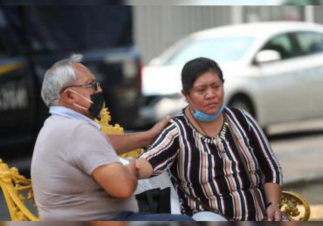 Fotografía fechada el 14 de mayo de 2020, que muestra a Columba Peña (d), acompañada de sus familiares en las afueras del hospital Balbuena, en Ciudad de México (México). EFE/Sáshenka Gutiérrez