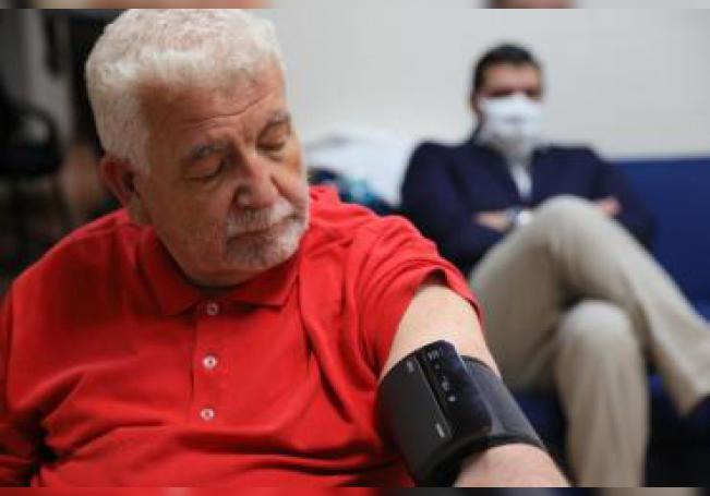 Un hombre espera mientras le toman la presión arterial el 6 de mayo de 2020 en Ciudad de México (México). EFE/Alex Cruz