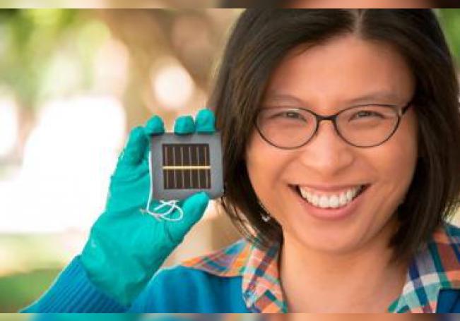 Imagen cedida por Science de la professor Anita Ho-Baillie con un prototipo de placa de células solares de perovskite. Universidad de Nueva Gales del Sur (UNSW)/EFE