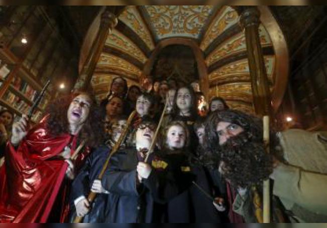 Un grupo de niños disfrazados de Harry Potter en la Librería Lello. EFE/JOSE COELHO/ Archivo