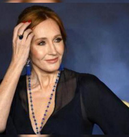 """La escritora J.K Rowling posa a su llegada al estreno de la película """"Animales Fantásticos: Los crímenes de Grindelwald"""" en Londres (Reino Unido). EFE/ Neil Hall/Archivo"""