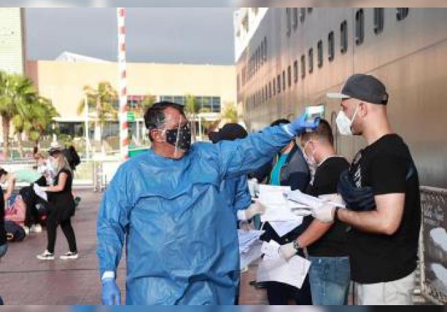 Fotografía cedida este sábado, por la Secretaria de Gobernación (Segob), que muestra a personal sanitario recibiendo a turistas que estuvieron varados en el crucero Koningsdam, en Puerto Vallarta Jalisco (México). EFE/Cortesía Segob