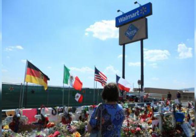 Una mujer ora en el sitio donde se colocó un memorial por las víctimas del tiroteo en Walmart de El Paso, en el estado de Texas (EE.UU.). EFE/Luis Torres/Archivo . Foto: Luis Torres.