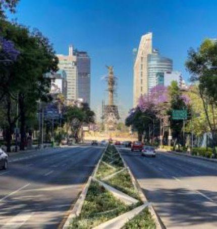 Fotografía cedida por Apple de la Avenida Reforma en Ciudad de México (México). Autopistas desérticas, monumentos aislados y brotes de vegetación. EFE/ Chino Lemus /SOLO USO EDITORIAL/NO VENTAS