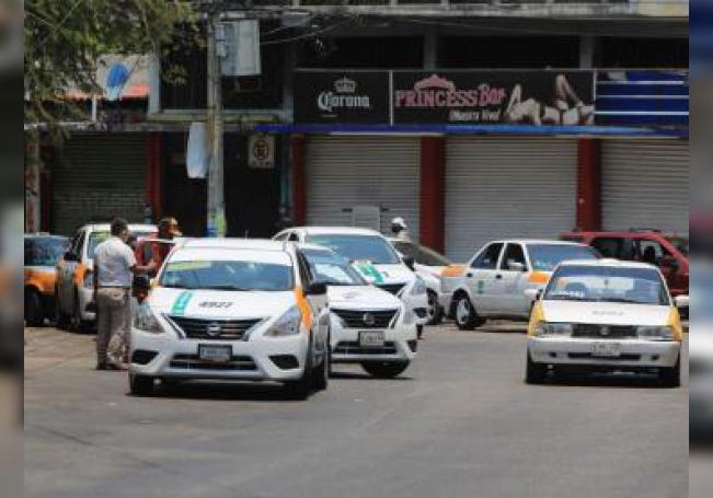 Vista de taxis este viernes, en Acapulco, sureño estado de Guerrero (México). EFE/ David Guzmán