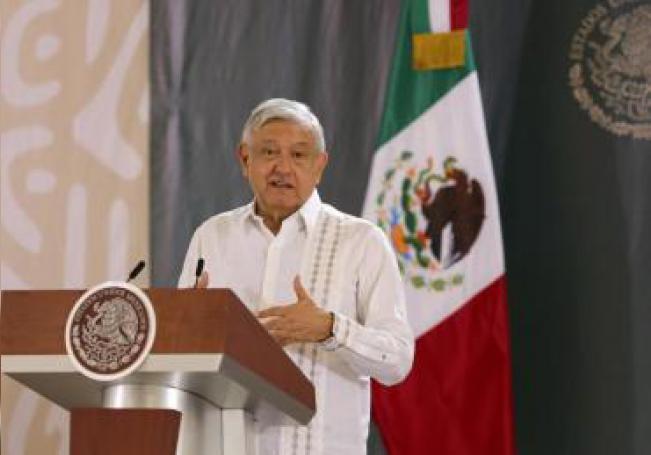 El presidente de México, Andrés Manuel López Obrador, habla hoy lunes durante una rueda de prensa matutina en las instalaciones de la X Región Militar, ubicada en la zona continental Isla Mujeres Quintana Roo (México). EFE/Alonso Cupul