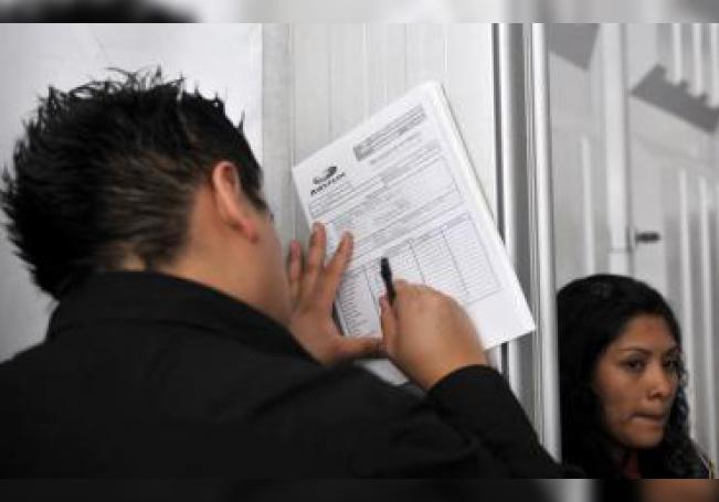 Imagen de un joven rellenado una solicitud de empleo en Ciudad de México (México). EFE/Mario Guzmán/Archivo