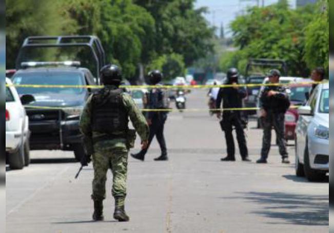 Policías estatales y personal de la Guardia Nacional vigilan el lugar de los hechos donde fueron asesinados dos policías ministeriales y una mujer policía ministerial resultó herida, este lunes, en el municipio de Celaya, estado de Guanajuato (México). EFE/ Str