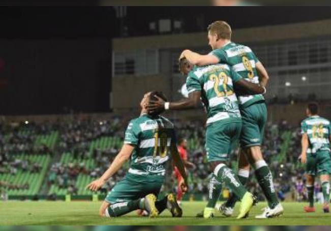 Jugadores de Santos celebran un gol durante un partido en el estadio Corona de la ciudad de Torreón, en el estado de Coahuila (México). EFE/Str/Archivo