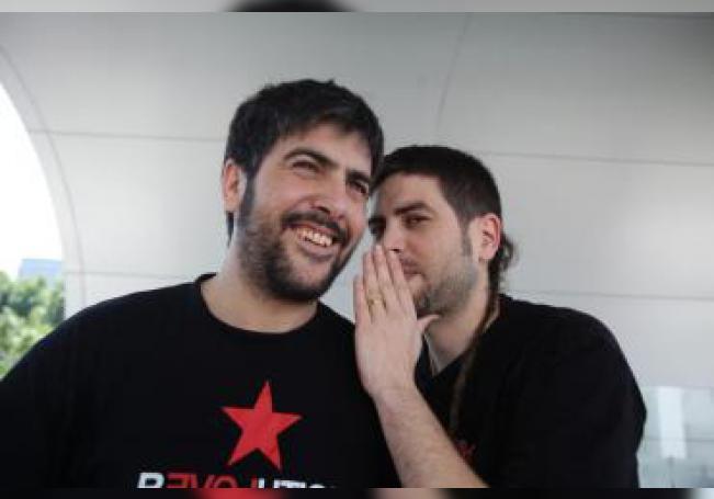 Los integrantes del grupo español Estopa David (i) y José Muñoz posan durante una entrevista con Efe en Ciudad de México (México). EFE/Sáshenka Gutiérrez/Archivo