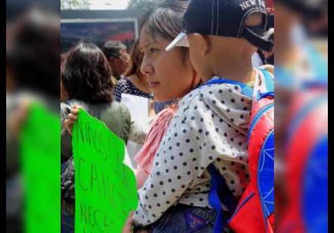 Fotografía fechada el 25 de septiembre de 2018, que muestra a familiares de pacientes con cáncer protestando por falta de medicamentos en Ciudad de México (México). EFE/Mario Guzmán/Archivo